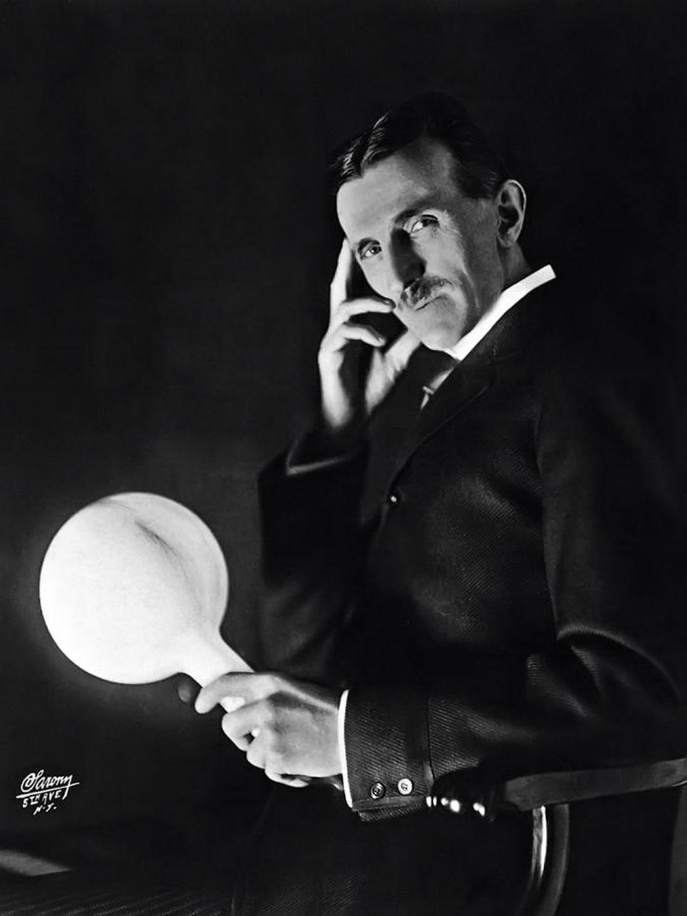 Nikola-Tesla-holding-lightbulb